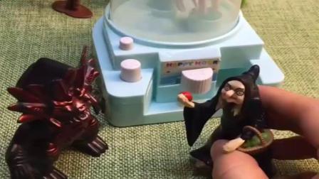 小猪佩奇玩具:蝎子精让大家玩时光穿梭机,巫婆很好奇,结果自己给变成蝎子精了