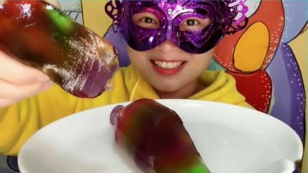 """吃货馋嘴:小姐姐吃""""七彩冰糖葫芦串串果冻"""",水润滑溜漂亮又美味超赞"""