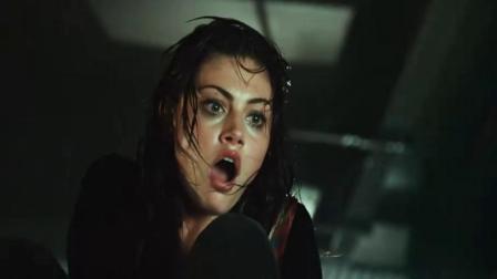 惊悚片警卫被三米长白鲨,美女想伸手拉上岸,这幕惊心肉跳