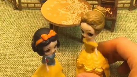贝尔偷拿了母后的项链还想让白雪顶罪,白雪也是无奈呀,贝尔可真霸道!