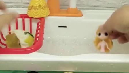 贝儿趁白雪长发和灰姑娘洗漱的时候偷走了她们的衣服,贝儿也太坏了