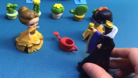 小猪佩奇玩具:白雪给小花们晒太阳,原来王后也很喜欢植物,贝尔又失宠了.mp4