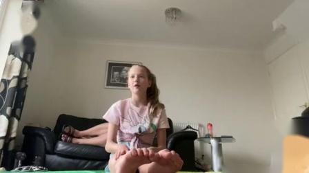 可爱女孩练习倒立