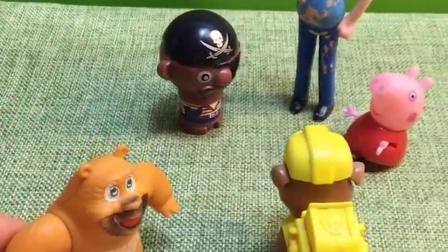 乔治和同学们玩丢手绢,熊二追着乔治一直跑,同学们都等着急了!