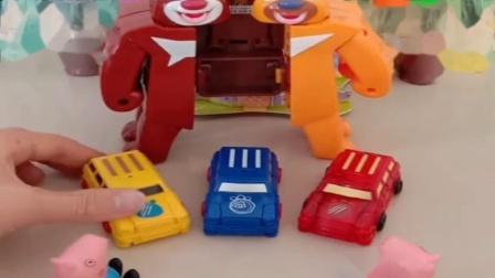 小猪佩奇玩具:熊出没不愿把小汽车给乔治,这里面是小熊大啊,变形小汽车真神奇.mp4
