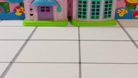 小猪佩奇玩具:乔治去笼子里玩耍,风暴开警察抓小偷,大家都有自己的职责