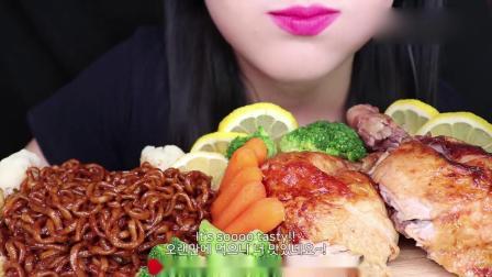 吃播大胃王:小姐姐香酥鸡肉配炸酱面,吃得真香啊,口水都流出来了.mp4