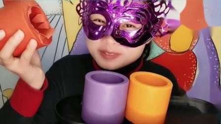 """吃货馋嘴:小姐姐吃DIY创意手工""""3D立体圆筒杯巧克力"""",配上果汁更美味.mp4"""