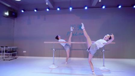 派澜 中国舞把上组合《同桌的你》教师团队:陈梦莹、郑欣婷