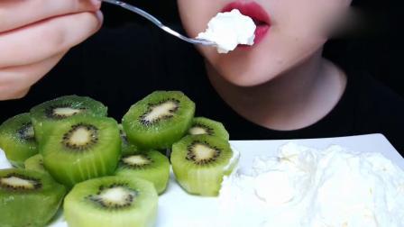 吃播大胃王:小姐姐吃异果配鲜奶油,甜甜的,一点儿也不腻.mp4
