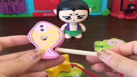 小猪佩奇玩具:葫芦娃钓了好多鱼,还要把小乌龟给放生了,葫芦娃可真有爱心呀.mp4