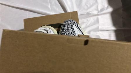 开箱正品yeezy椰子350V2白斑马对比纯原高仿分辨真假和细节区别,什么版本可以堪比正品。