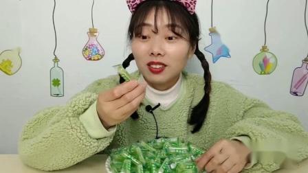 """吃货吃播小姐姐吃""""薄荷棍糖果"""",复古牛皮纸袋装,碧绿清凉"""