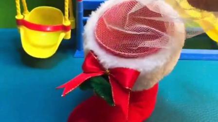 乔治圣诞节的袜子里有什么,有好大一个的爱心糖,好羡慕乔治的圣诞节礼物.mp4