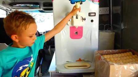 萌娃小可爱偷吃冰淇淋,有各种口味的冰淇淋,萌娃:好好吃啊