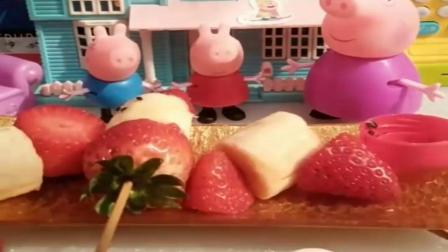 小猪佩奇玩具:猪奶奶给乔治佩奇做糖葫芦,还是草莓水果味的呢,真是太有食欲了