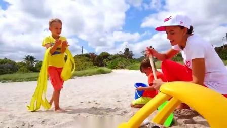 萌娃小可爱沙滩之旅,发现被困在沙子的小汽车,萌娃:我来帮你