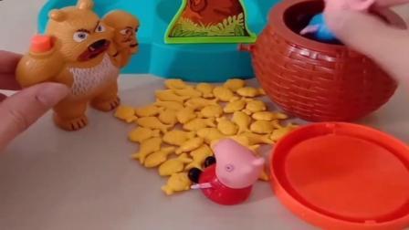 小猪佩奇玩具:乔治佩奇被僵尸追,熊二把小猪都放进篮子里,乔治佩奇可以隐身吗.mp4