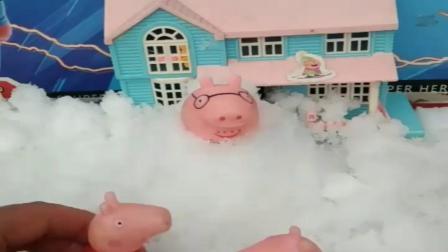 小猪佩奇玩具:猪爸爸和乔治佩奇打雪仗,乔治佩奇联合打爸爸,猪爸爸被打成雪人.mp4