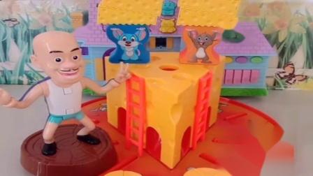 小猪佩奇玩具:猪妈妈生病想吃奶酪,可乔治佩奇没带钱,乔治回家拿上钱立马送来.mp4