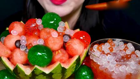 吃播大胃王:小姐姐吃西瓜冰球彩色爆爆珠,还有奇异果果冻球.mp4