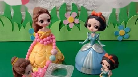 贝尔公主给小贝尔做了水果沙拉,白雪给小白雪也做了水果沙拉!