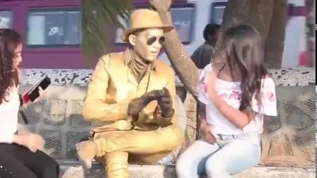 街头恶搞,小伙化妆成雕像吓坏行人,路人的反