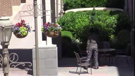街头恶搞,小伙快速抽走行人靠椅,下一秒精彩