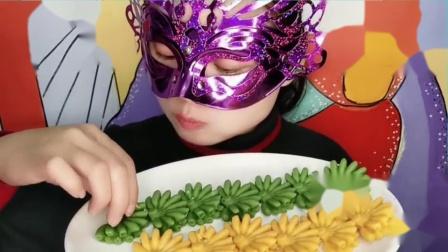 """吃货馋嘴:小姐姐吃""""芭蕉巧克力"""",两种口味创意又美味,吃得美滋滋.mp4"""