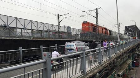 武局襄段HXN3B牵引客车00486次通过襄阳汉江大桥去襄阳站方向