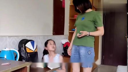 小女孩考试不及格,被妈妈发现后狠狠地打屁屁,真可怜
