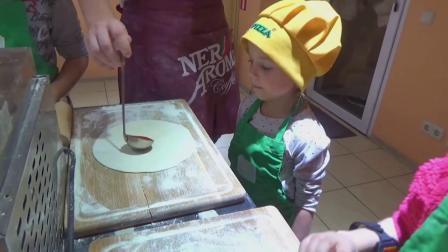 萌娃小可爱们第一次尝试自己做披萨,萌娃:拿到成品后有种满满的成就感呢!