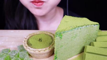 吃播大胃王:小姐姐吃抹茶巧克力千层蛋糕软糖麻薯,都是绿茶味的.mp4