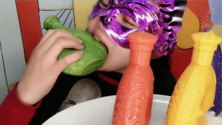 """吃货馋嘴:小姐姐吃""""3D立体xo酒瓶巧克力"""",一口咬碎,薄脆爽口好美味.mp4"""