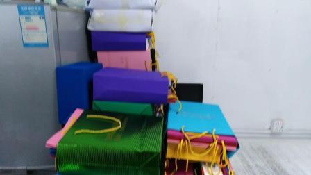 许建伟旗下深圳市鹏城缘彩坑纸业有限公司生产的彩色瓦楞纸袋