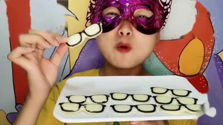 """闺蜜恶作剧:吃货小姐姐吃""""眼镜巧克力"""",黑框白镜片,香浓甜美味道赞"""