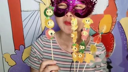 闺蜜恶作剧:吃货小姐姐吃卡通造型的串串软糖,动物水果超可爱,香软甜蜜