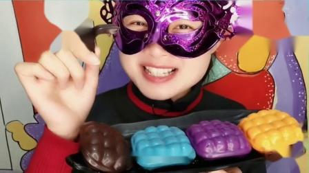 """吃货馋嘴:小姐姐吃""""格子枕头蛋糕巧克力"""",创意造型香甜美味,吃得好满足"""