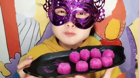 """吃货馋嘴:小姐姐吃""""火龙果草莓冰块"""",红彤彤的好诱人,水果冰好美味"""
