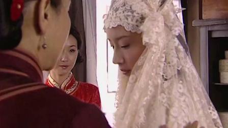金粉世家:两人终于结婚了,白秀珠自己在家穿起了婚纱.mp4