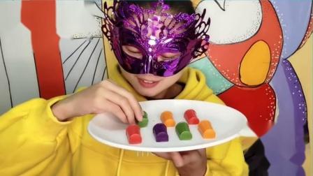 """吃货馋嘴:小姐姐吃""""迷你可乐巧克力"""",喝不到直接咬杯,丝滑香甜好惊喜"""