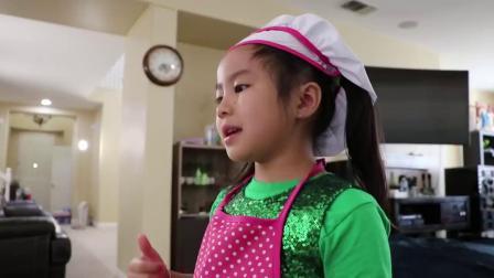 萌娃小可爱化身为蛋糕师,制作各种口味的蛋糕,萌娃:好香啊
