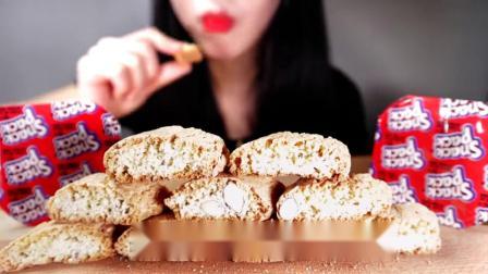 吃播小姐姐,吃播杏仁脆饼配上香草布丁酸奶,吃得美滋滋!