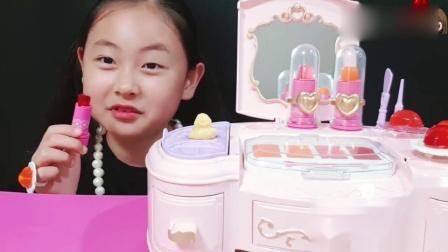 吃播大胃王:小姐姐吃可食用化妆品果冻唇膏眼影戒指项链