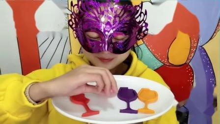 """吃货馋嘴:小姐姐吃""""酒杯巧克力"""",DIY创意甜点,四款都非常香甜美味"""