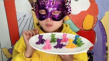 """吃货馋嘴:小姐姐吃""""3D立体小猫巧克力"""",不同颜色多种口味,好看更好吃"""