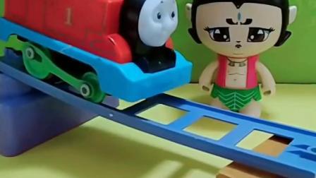 托马斯要过桥了,恐龙把路挡住了,葫芦娃来帮忙咯