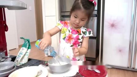 萌娃小可爱自己制作蛋糕,小家伙可真厉害呀,萌娃:好累呀