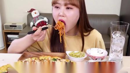 韩国吃播小姐姐,吃披萨、芝士球、意大利面,大口吃得真享受