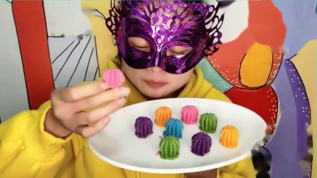 """吃货馋嘴:小姐姐吃""""3D立体仙人球巧克力"""",迷你精致,细腻柔滑唇齿留香.mp4"""